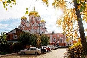 Митрополит Антони возглавил литургию в храме Смоленской иконы Божией Матери в де