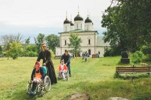 Орловские волонтеры помогли воспитанникам болховского интерната посетить Оптин монастырь