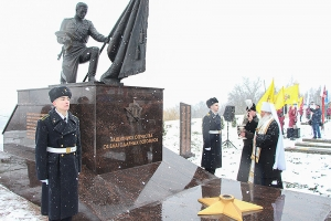 Митрополит Тихон освятил памятник Защитнику Отечества в Болхове