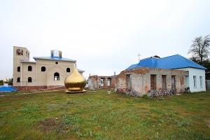 В д. Арбузово под Кромами освящены кресты и купола строящегося Казанского храма