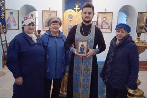 Знаменский священник рассказал местным пенсионерам об истории и традициях Покрова Пресвятой Богородицы