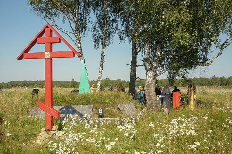 Братская могила времен войны под Болховом отмечена Поклонным крестом